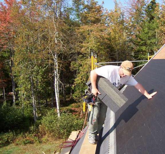 油毡瓦在屋面防水方面独具特色,采用玻璃纤维为胎基,具有很好的耐老化、抗撕裂性能,坚固耐用,采用独特的喷砂工艺,并且经过防静电处理,能起到很好的消声隔音、自洁的效果,沥青配料保证油毡瓦防水、保温、耐腐蚀的性能,并且油毡瓦在施工方面是非常简单的,在后期如果有损坏的瓦片,可以单片进行更换,不会影响屋面的整体结构。